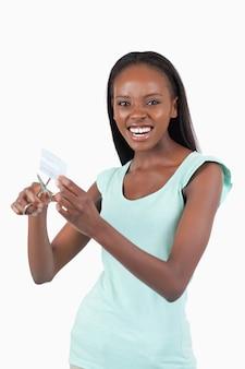 Mujer enojada destruyendo su tarjeta de crédito