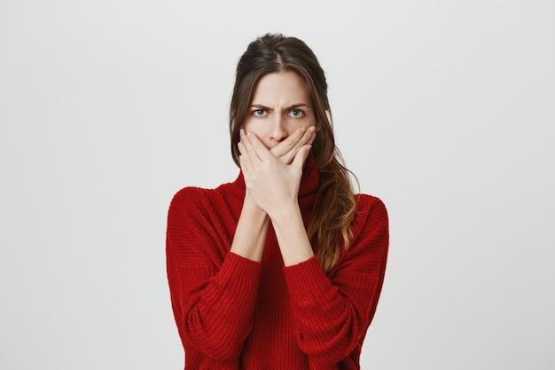 Mujer enojada frunciendo el ceño, boca cerrada