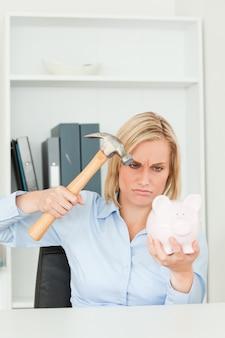 Mujer enojada que quiere destruir su alcancía