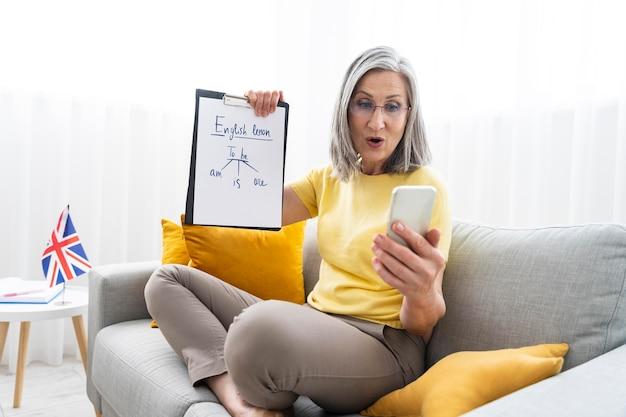 Mujer enseñando lecciones de inglés en línea en casa