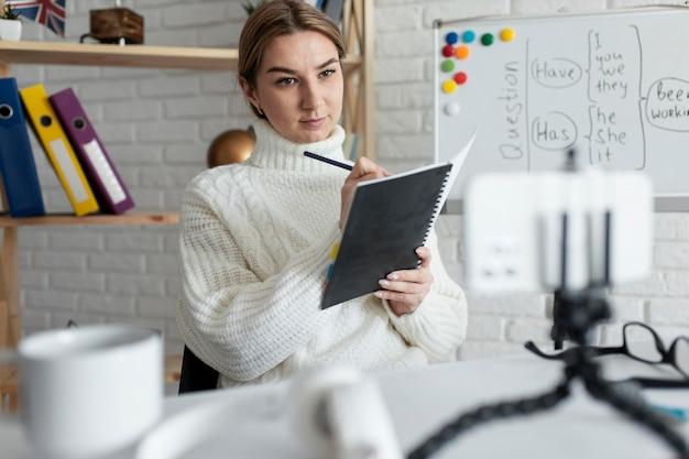 Mujer enseñando a los niños una lección de inglés en línea