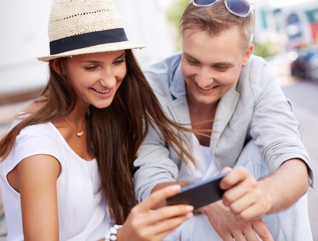 Mujer enseñando su móvil a su novio