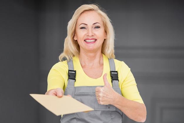 Mujer de entrega que muestra signo ok