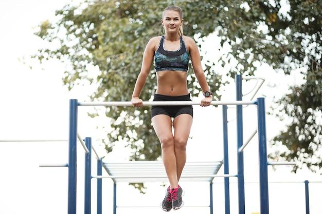 Mujer en entrenamiento al aire libre