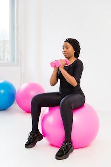 Mujer en entrenamiento de clase de fitness