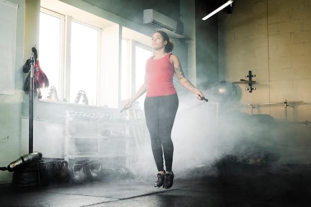 Mujer entrenando con una cuerda de saltar