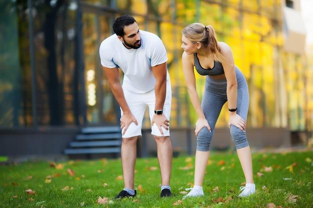 Mujer entrenando con entrenador personal en el parque