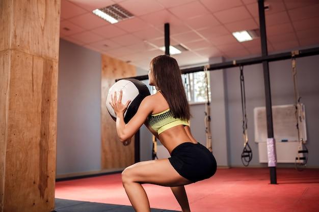 Mujer entrenando con gimnasia funcional en el gimnasio