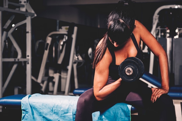 Mujer entrenando en gimnasio