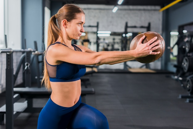 Mujer entrenando en el gimnasio