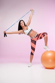 Mujer entrenando en ropa deportiva con saltar la cuerda