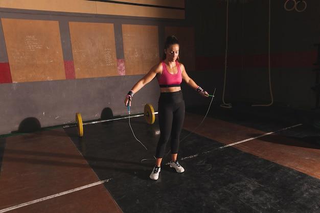 Mujer entrenando con salto