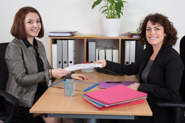 Mujer entrevistando a solicitante de empleo femenino en la oficina