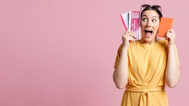 Mujer entusiasta gritando mientras sostiene un pasaporte con espacio de copia