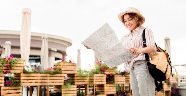 Mujer entusiasta que viaja sola con espacio de copia