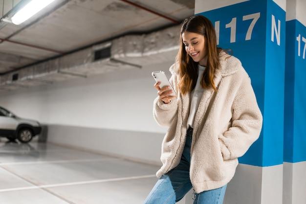 La mujer está enviando mensajes de texto en línea