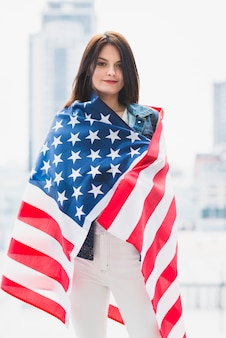 Mujer envuelta en bandera de estados unidos