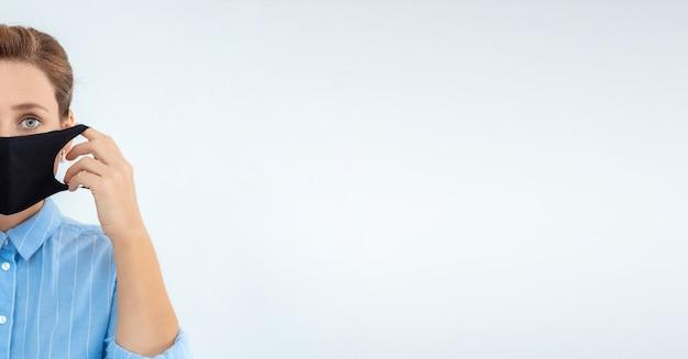 Mujer con epidemia de virus de máscara facial. mujer poniéndose máscara protectora médica para la protección y prevención de la salud durante el brote del virus de la gripe, enfermedades epidémicas e infecciosas.