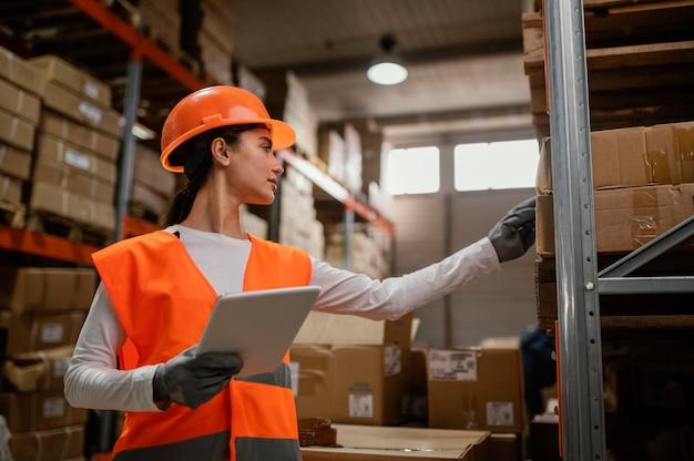Mujer en equipo de seguridad trabajando