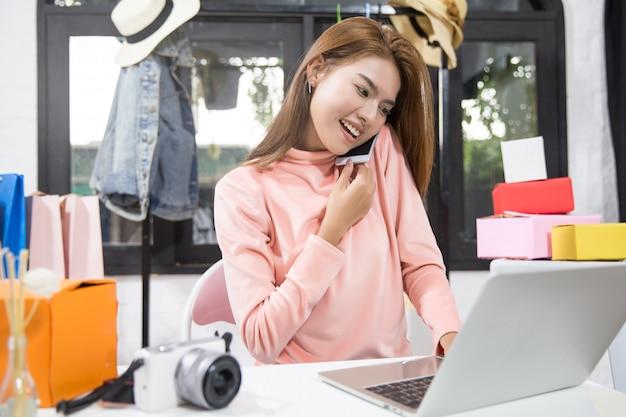 La mujer es la propietaria del negocio de ventas en línea.