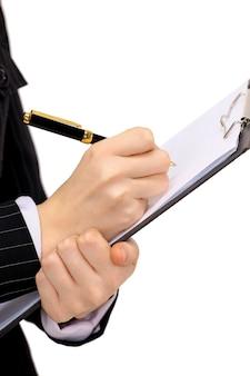 Mujer escribe con lápiz sobre papel