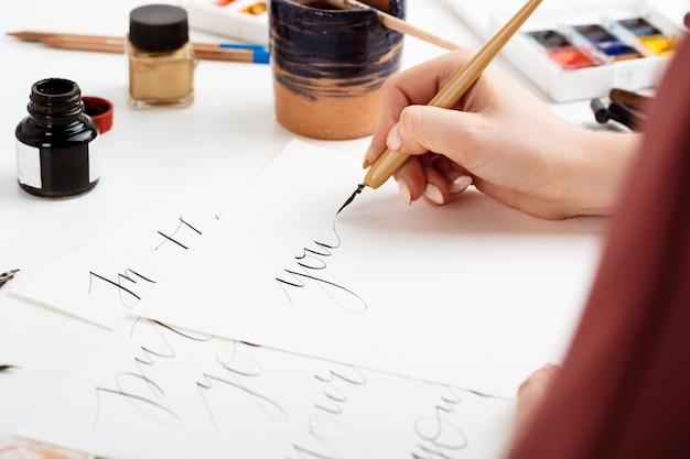 Mujer escribiendo caligrafía en postales