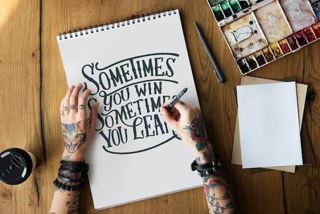 Una mujer está escribiendo una cita de motivación.