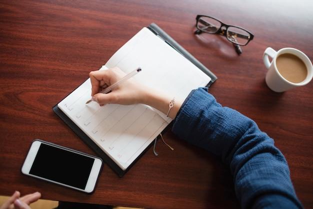 Mujer escribiendo en diario