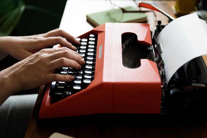 Mujer escribiendo en una máquina de escribir retro