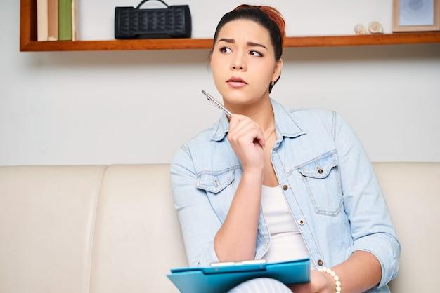 Mujer escribiendo un ensayo