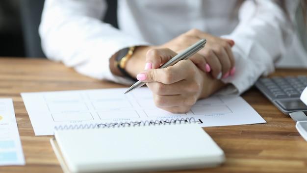Mujer escribiendo en horario