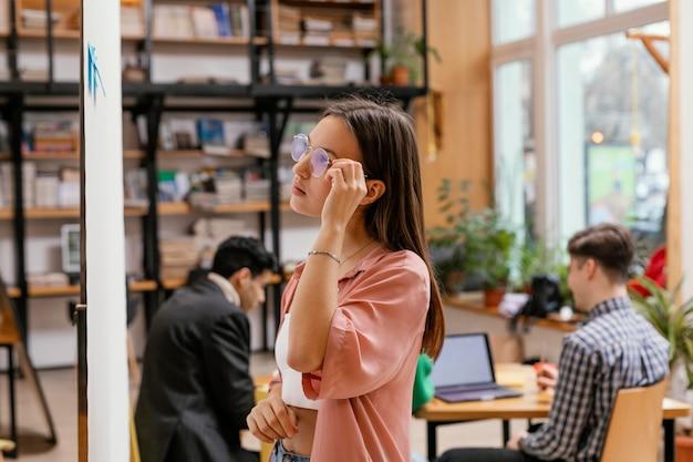 Mujer escribiendo idea de negocio