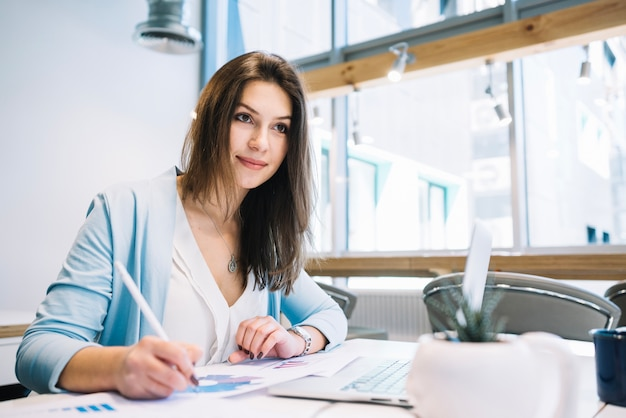 Mujer escribiendo notas