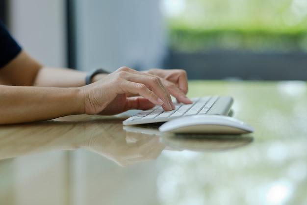 Mujer escribiendo teclado