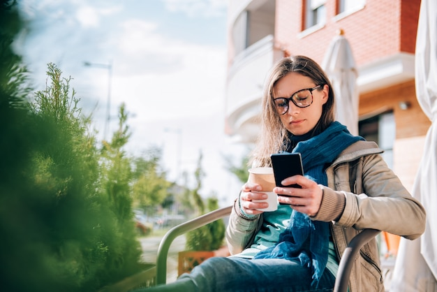 Mujer escribiendo en el teléfono inteligente