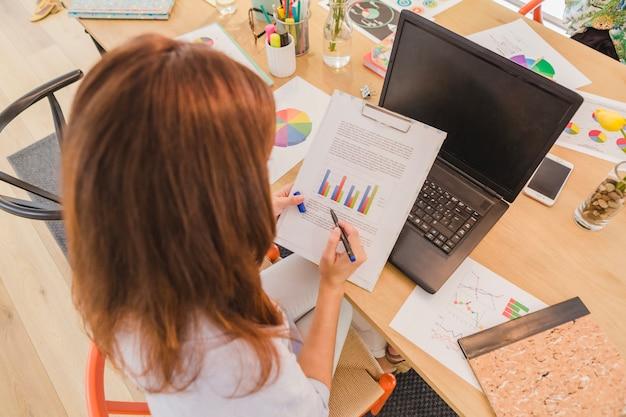 Mujer, escritorio, explorar, diagramas