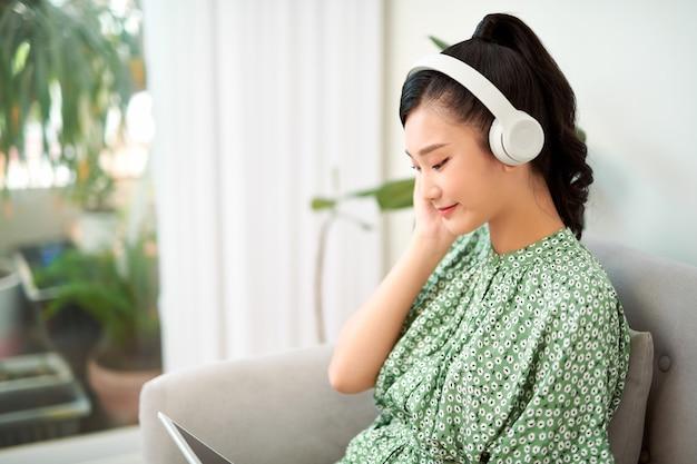 Mujer escucha música en tablet pc