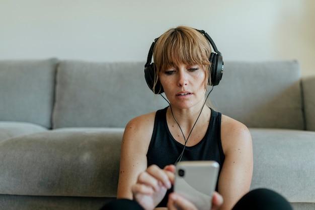 Mujer escuchando música durante la cuarentena por coronavirus