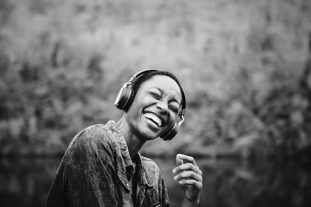 Mujer escuchando música en la naturaleza