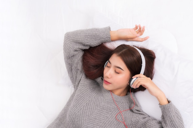 La mujer está escuchando música.