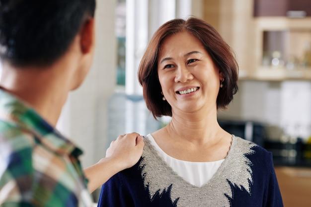 Mujer escuchando a su hijo