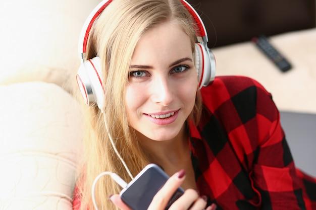 Mujer escuchar música auriculares soñar relajarse