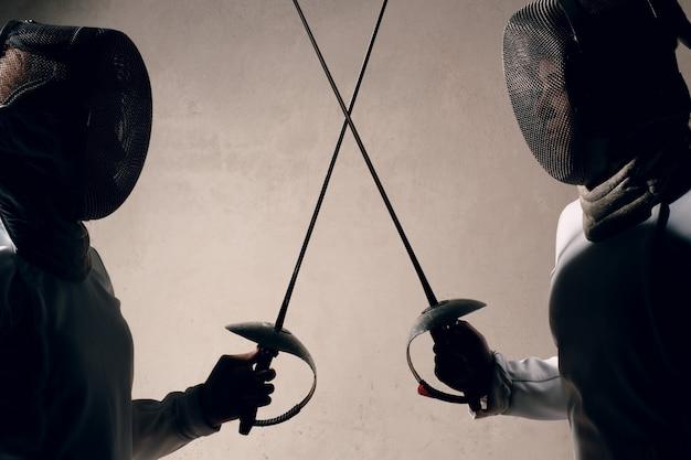Mujer esgrimista con espada de esgrima. concepto de duelo de esgrima.