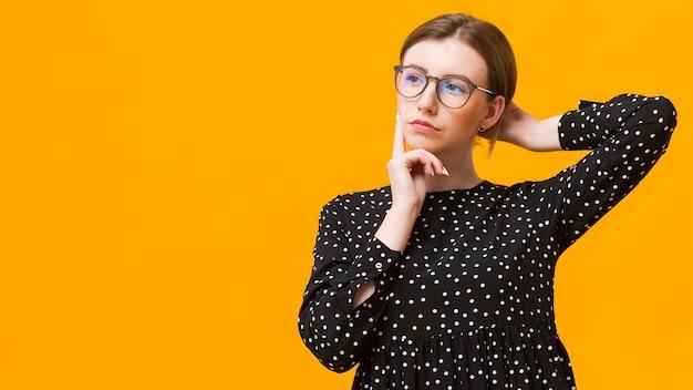 Mujer de espacio de copia pensando
