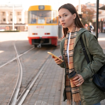 Mujer esperando en la estación de tranvía