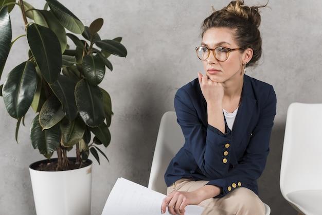Mujer esperando pacientemente su entrevista de trabajo
