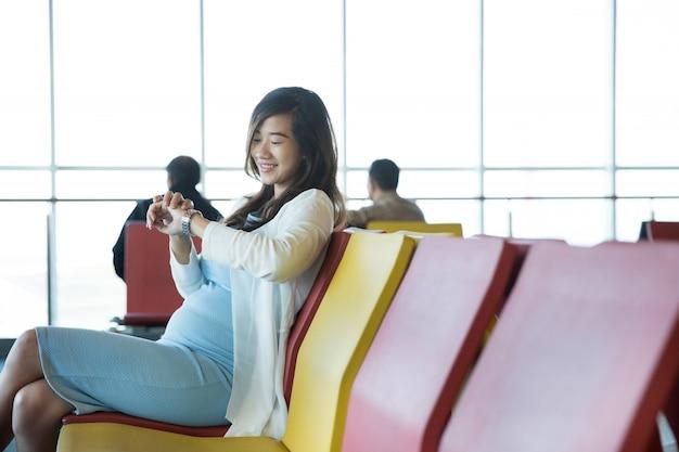 Mujer esperando su vuelo