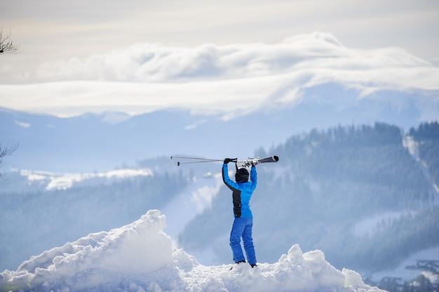 Mujer esquiadora en la cima de la montaña. concepto de deportes de invierno