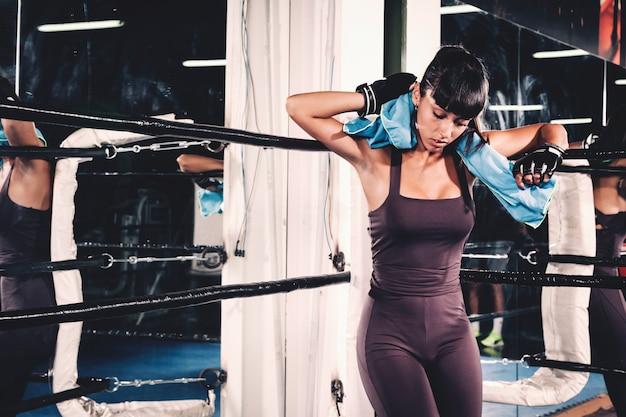 Mujer en esquina de pista de boxeo