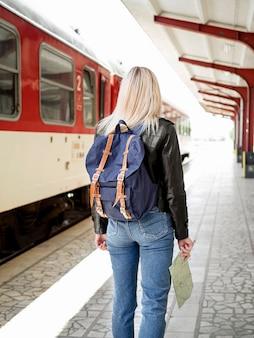 Mujer, en, estación de tren
